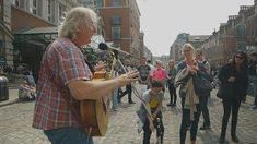 Streets of London - Terry St Clair busking in Covent Garden 5 Diy Crafts, Jute Crafts, Newspaper Flowers, Newspaper Crafts, Jute Flowers, Flower Vase Making, Handmade Mirrors, Cardboard Crafts, London Street