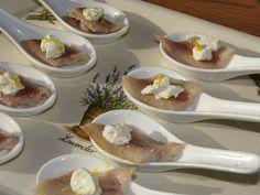 Gerookte paling mierikswortel; Meng de crème fraîche met de mierikswortel en de limoenrasp. Snijd de gerookte paling schuin in stukjes.
