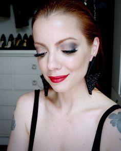 Julia Petit maquiagem com dois batons diferentes para campanha Flex Jewel Julia Petit.