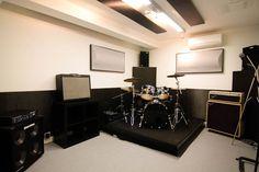 15 m². Pásatelo en grande en este local de estilo americano.  En esta sala disfrutarás de un gran ensayo tanto si tocas pop, rock o blues. ¡Un equipo versátil que en tus manos se convertirá en arma de diversión masiva!  Ideal para bandas de 4-6 miembros.