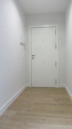 Interior de puerta de entrada, lacada en blanco.