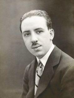"""El joven Alfred Hitchcock - Alfred Hitchcock (fotografiado en los años 1920 ) tenía solo 24 años cuando escribió, editó u fue asistente de dirección del film mudo de 1923  """"La sombra blanca,"""" adaptado del libro from the book """"""""Niño del azar"""" de Michael Morton."""