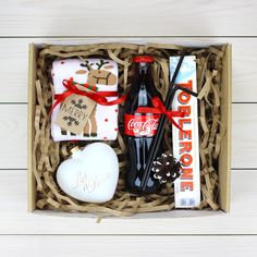 DIY Personalized Gift Basket For Anyone, Girlfriend, Kids, Mom Etc - Owe Crafts Christmas Mood, Diy Christmas Gifts, All Things Christmas, Christmas Decorations, Homemade Gifts, Diy Gifts, Gift Drawing, Drawing Tips, Personalised Gifts Diy