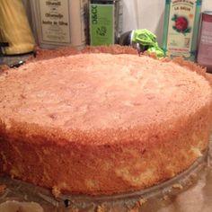 Denne sukkerbunnen blir høy og fin – klar til å deles i tre og fylles med deilig fyll! Recipe Boards, Snacks, Cheesecakes, Cornbread, Vanilla Cake, Food And Drink, Homemade, Baking, Ethnic Recipes