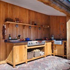 Rasenberg buitenkeuken eiken kasten met BBQ, wijnrek, natuursteen blad en spoelbak in eikenhouten tuinpaviljoen