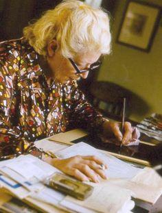 Ludmila Jiřincová při tvorbě grafiky, foto: Karel Lojka