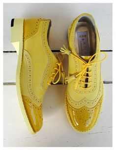 Awesome pair of yellow shoes Sock Shoes, Men's Shoes, Shoe Boots, Dress Shoes, Cute Flats, Yellow Shoes, Kinds Of Shoes, Beautiful Shoes, Shoe Collection