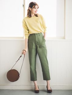 Trousers Women Outfit, Uniqlo Women Outfit, Trouser Outfits, Casual Outfits, Fashion Outfits, Uniqlo Style, Uniqlo Men, Olive Green Pants Outfit, Retro Vintage