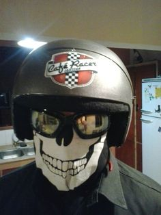 Casco de motociclista tipo café racer. Pino de Coronda, Santa Fe, Argentina. Motorcycle helmet type café racer. Pino of Coronda City, Santa Fe, Argentina.