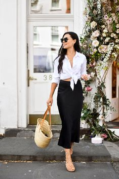 Fashion Tips What To Wear Silk Midi Skirts For Spring.Fashion Tips What To Wear Silk Midi Skirts For Spring Black Skirt Outfits, Midi Skirt Outfit, Black Midi Skirt, Midi Skirts, Chic Outfits, Spring Outfits, Fashion Outfits, Work Outfits, Fashion Hacks