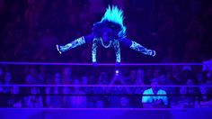Naomi springt über das Seil in den Ring.