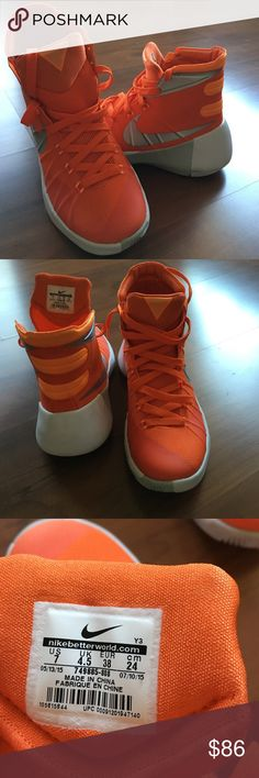NIKE hiperdunk .new with tag. Size 7. No box. Nike Shoes Athletic Shoes