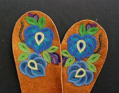 mittens by vera mittens mittens beadwork Indian Beadwork, Native Beadwork, Native American Beadwork, Native Beading Patterns, Beadwork Designs, Bead Patterns, Baby Moccasin Pattern, Beading Projects, Beading Ideas