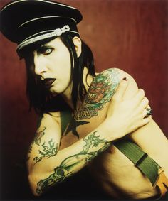 Marilyn Manson, my fav look from him......WHAT?.....HES CALLS HIMSELF A SINGER?........MORE LIKE FREAK?