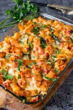Cheesy Pasta Bake with Chicken. Cheesy Pasta Bake With Chicken And Bacon - a family favourite (and it makes great leftovers too! Baked Pasta Recipes, Paleo Recipes, Mexican Food Recipes, Chicken Recipes, Dinner Recipes, Cooking Recipes, Recipe Chicken, Baked Penne, Mexican Drinks