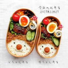 ご主人とご自身のペアルックな顔弁♫ツナ缶に砂糖と醤油を炒り煮するだけの『ツナそぼろ』を髪の毛に見立てて、優しい表情がたまりません!煮込みハンバーグに切り干し大根、大豆とひじきの五目煮などほっとするおかずを沿えて。 Japanese Bento Lunch Box, Bento Box Lunch, Japanese Food, Food Art Bento, Cute Food, Yummy Food, Bento Recipes, Food Humor, Food Presentation