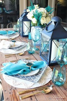 Coastal Table Decor Ideas Fresh coastal table décor ideas for the perfect summer night. Grab these tips on setting the perfect coastal tablescape with blue and white accents. Table Turquoise, Decoration Chic, Beautiful Table Settings, Blue Table Settings, Coastal Farmhouse, Modern Farmhouse, Deco Table, Coastal Decor, Coastal Curtains