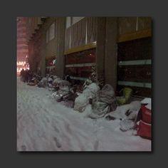 今天在 Twitter 上瘋狂轉載的一張照片,北海道札幌 APPLE STORE 福袋排隊人潮,為了搶購1年1度限量福袋(最豪華的有筆電),甘願半夜全身包覆睡袋,在刺骨的寒冬裡挨著飄雪排隊,凌晨時刻保全看大家動也不動,還得拍個肩確認是否還活著(嚇)。