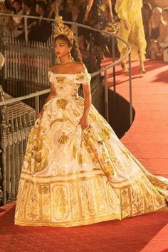 Lori Harvey walks the runway in Dolce and Gabbana in Italy. Lori Harvey walks the runway in Dolce and Gabbana in Italy. Look Fashion, High Fashion, Fashion Design, Fashion Kids, Fashion Details, Couture Fashion, Runway Fashion, Fashion Trends, Pretty Dresses