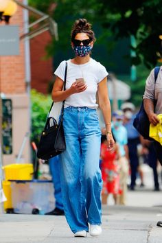 A Face Mask Is a Nonnegotiable for These Celebrities | Glamour Katie Holmes, Casual Summer Dresses, Summer Outfits, Casual Outfits, White Tees, Celebrity Style, Jeans, Fashion Trends, Fashion 2020