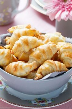 Mini cream cheese croissant with cheese and ham- Mini Frischkäse Hörnchen mit Käse und Schinken Mini Cream Cheese Croissants with Cheese and Ham – emmicochrome - Pizza Snacks, Snacks Für Party, Appetizers For Party, Fingerfood Party, Simple Appetizers, Seafood Appetizers, Cheese Appetizers, Brunch Recipes, Appetizer Recipes