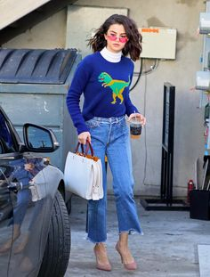 Here are a few style inspirations and outfits idea you can take from Selena Gomez that you can easily pull off. Check out Selena Gomez's Outfit Gallery Selena Gomez Fashion, Mode Selena Gomez, Selena Gomez Coach, Selena Gomez Style, Selena Gomez Clothes, Selena Gomez Outfits Casual, Selena Gomez Jeans, Selena Gomez Dress, Street Style 2017