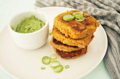 Deze zoete aardappelburgers van Proeven met Liefde zijn een heerlijke vleesvervanger en helemaal paleo. Bekijk het recept hier.