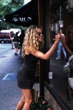 Carrie Bradshaw looks sun-kissed and so, so happy; this is the perfect summer outfit. - summer sun-kissed curls