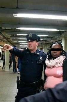 Persoon in New York voor metro geduwd en overleden