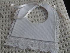 Artículos similares a Babero de piqué blanco. en Etsy Baby Dress Clothes, Crochet Bib, Adult Bibs, Fashion Design Drawings, Heirloom Sewing, Newborn Gifts, Sewing For Kids, Hobbies And Crafts, Burp Cloths