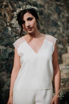 Ensemble pantalon de mariée en crêpe de soie et top en soie et dentelle fine à motifs de fleurs. Tenue de mariée réalisée sur mesure à Lyon.