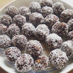Raw Walnut Brownie bites Rolled in Coconut ❤ Raw Food Recipes, Low Carb Recipes, Sweet Recipes, Raw Desserts, Low Carb Desserts, Vegan Shakes, Sports Food, Eat Smart, Vegan Sweets