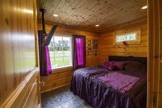 Makuuhuoneen sisustusväriksi on valittu rohkea violetti. http://www.winled.fi/