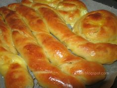 Pizza Tarts, Cheese Bread, Greek Recipes, Hot Dog Buns, Sausage, Biscuits, Food And Drink, Pie, Cooking