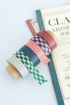 Traditional Japanese Masking Tape Net dezelfde kocht ik enkele jaren geleden en plakt hier soms aan de muur. Ondertussen vind je deze papieren tape overal (Hema bv.) en in alle mogelijke kleurtjes en met alle mogelijke dessins.