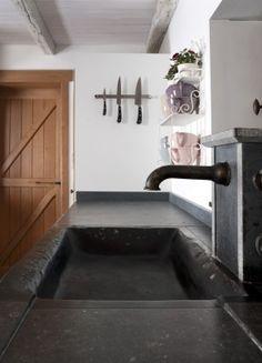 maatwerk keuken-ontwerp van DIRK COUSAERT  blauwe steen met kraanblok in verouderd messing