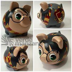 Alcancia de Harry Potter Pig Bank, Personalized Piggy Bank, Plastic Bottle Art, Color Me Mine, Harry Potter Memes, Fun Crafts For Kids, Pottery Painting, Clay Pots, Pretty Art