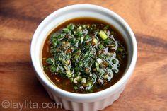 Receita de molho balsâmico chimichurri feito com orégano, salsa, alho, azeite de oliva, vinagre balsâmico, pimenta em pó e cebola.