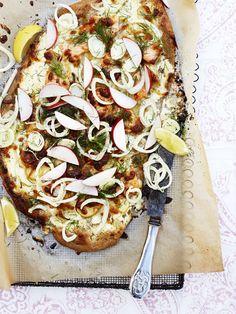 Laks som pizzafyld? Jo, det smager super godt, og i kombination med fintsnittet fennikel og sprøde æbletern får du en frisk og anderledes pizza.