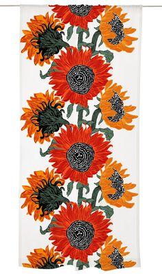 <p>Auringonkukat-valmisverhossa on Vallilan suunnittelijan Riina Kuikan rosoisen kaunis sisustuskuosi. Kuosissa auringonkukkien huoleton tunnelma yhdistyy vahvoihin viivoihin ja graafiseen yleistunnelmaan ja suurikokoisiin, näyttäviin kuviin. Au