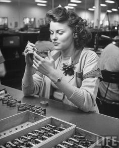 A young woman working in the Bendix Aviation Co. Location: US Date taken: 1942 Photographer: George Strock Vintage Soul, Vintage Beauty, Retro Vintage, Vintage Travel, 1940s Fashion, Vintage Fashion, Work Fashion, Retro Updo, 1940s Hairstyles