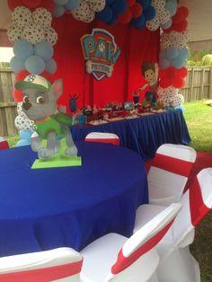 Creativa idea de decoración para fiesta temática de Paw Patrol