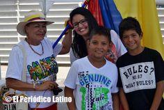 La presentadora colombiana y animadora de las Fiestas Patrias de Colombia Loren Andre Cardona posa para los medios junto a niños colombianos y la conocida activista cultural colombiana Elida Montoya.