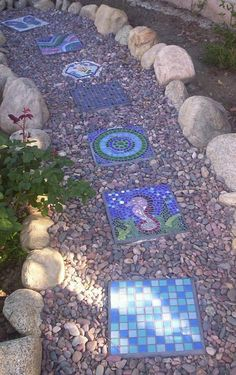 prächtiger gehweg im garten mehrförmige dekorative steine