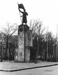 Marzec 1973.W 1945 władze PRL stworzyły konkurencję dla pomnika Unii Lubelskiej i postawiły Pomnik Wdzięczności.Materiały, z których został wykonany sprowadzono z ZSRR. Monument przedstawiał żołnierza radzieckiego ze sztandarem na wysokim cokole zrobionym z piaskowca i granitu. Boki pokryte były scenami batalistycznymi,który od razu wpisano do rejestru zabytków.Został zdemontowany w 1990.Próbowano go przekazać do Muzeum Zamoyskich w Kozłówce lub na cmentarz żołnierzy radzieckich w Kaz…