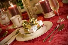Google Image Result for http://us.123rf.com/400wm/400/400/jarenwicklund/jarenwicklund0911/jarenwicklund091100037/5876282-elegant-christmas-table-setting-in-red-and-gold-colors-gift-as-focal-point.jpg