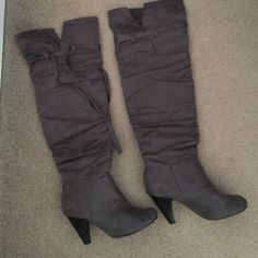 7.5 Very nice and comfortable sweet knee-high gray boots it's been worn a couple of times but still in good condition. Shoes Over the Knee Boots