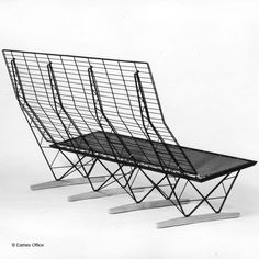 Although it was conceived as an economical knockdown item made of industrial materials, the actual factory construction of the sofa's wire framework required too much labor to be put into production. Vintage Furniture Design, Fine Furniture, Contemporary Furniture, Charles Eames, Metal Chairs, Sofa Chair, Soft Furnishings, Chair Design, Wire Chair
