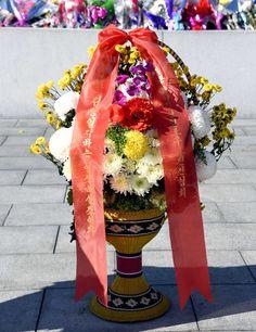 위대한 김일성동지와 김정일동지의 동상에 외국의 단체, 인사들과 해외연고자가족들이 꽃바구니를 보내여왔다