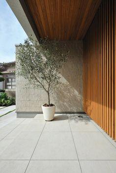 実例ギャラリー   注文住宅の住友林業(ハウスメーカー)) House Front Door, House Entrance, Minimalist House Design, Modern House Design, Architecture Details, Interior Architecture, Indoor Garden, Home And Garden, Zen Interiors